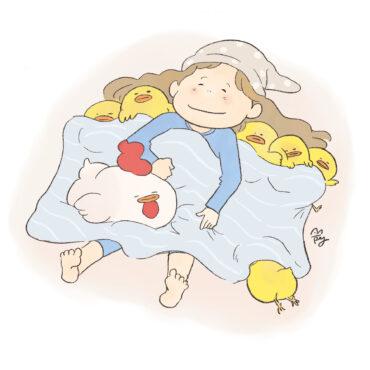 寝る女の子とチキンたち